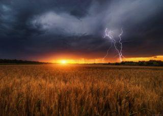 И гром,и молния,и солнечный закат...